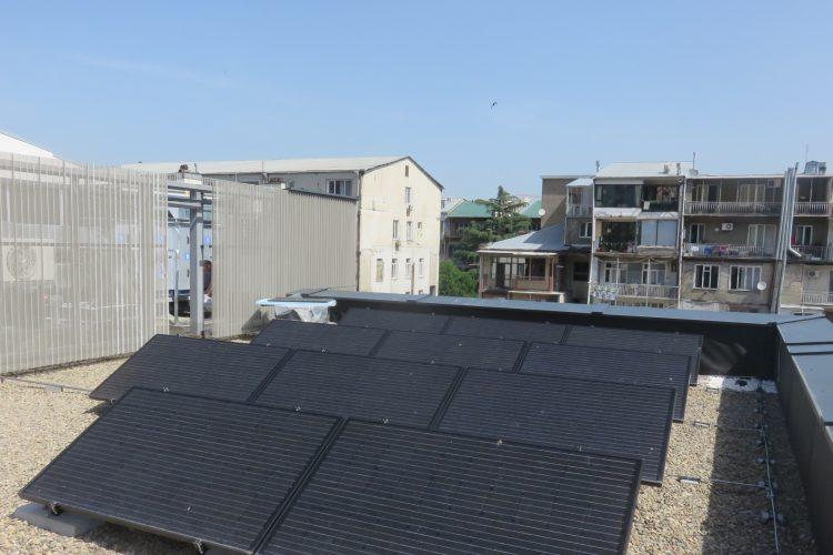 (Georgian) ქსელს მიერთებული მზის მიკროელექტრო სადგური შვეიცარიის საელჩოსთვის