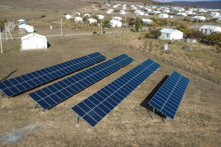 54  კვტ  სიმძლავრის  მიწაზე  აგებული ქსელს   მიერთებული  მზის  სადგური  ფრეზეთის დევნილთა  დასახლებაში