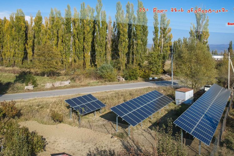 (Georgian) 27  კვტ  სიმძლავრის  მიწაზე  აგებული ქსელს   მიერთებული  მზის  სადგური  წილკნის დევნილთა  დასახლებაში